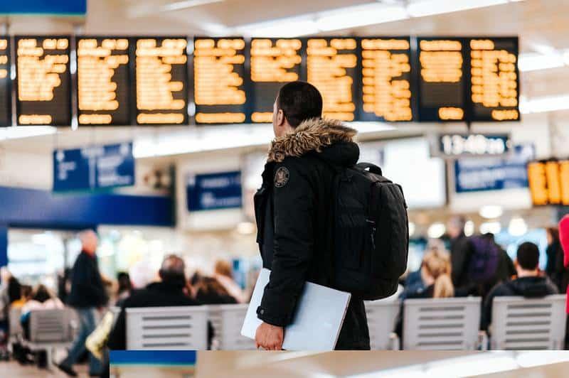 homem viajando com um notebook